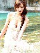 白色长裙美胸美女戏水照片