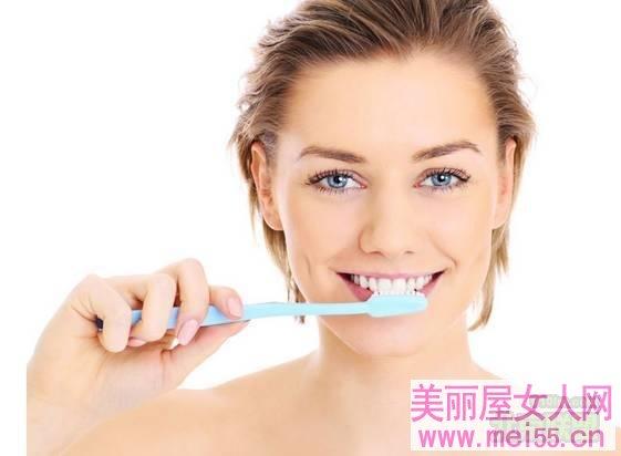 晨起刷牙用温开水6大功效!